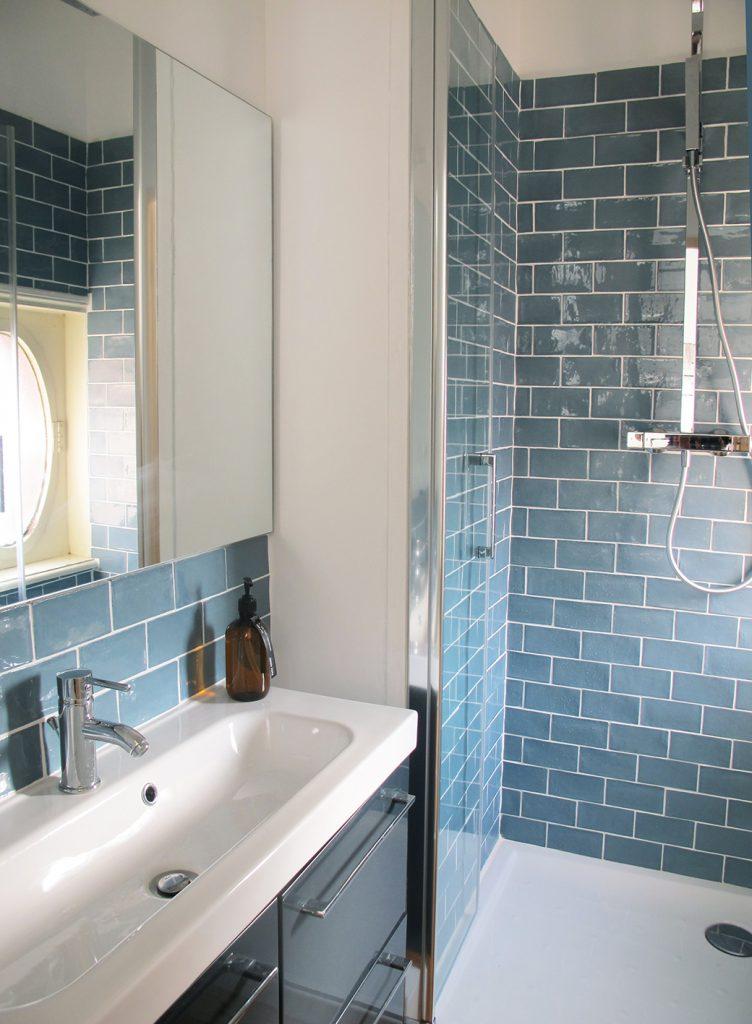 agencement d'une salle de bain sur mesure, style bateau, carrelage mural bleu, salle de bain bleue