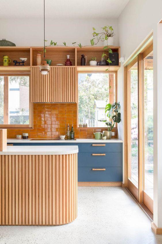 Une cuisine bleu et bois, ouverte