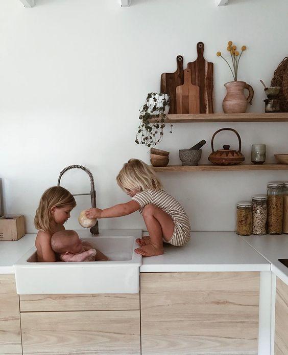 cuisine , plan de travail blanc, meuble en bois. Evier style rétro