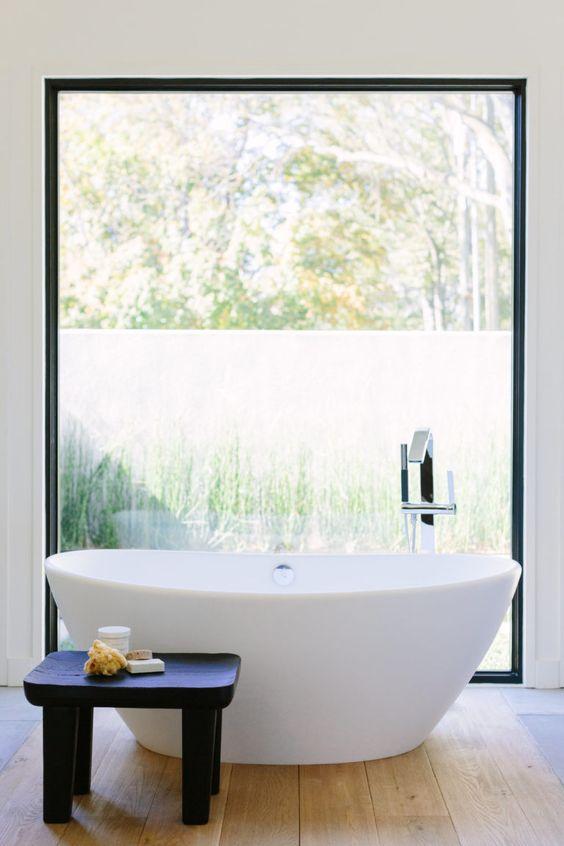 baignoire tube, baignoire au milieu, salle-de-bain avec grande fenêtre, salle-de-bains de rêve