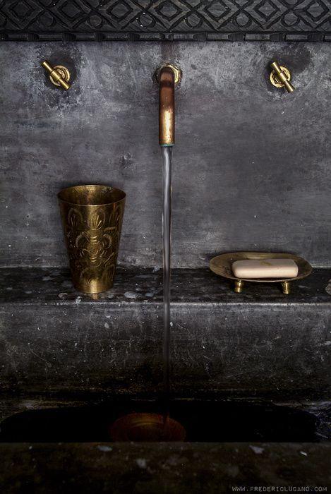 vasque noire, lavabo noir, lavabo noir suspendu, robinetterie laiton