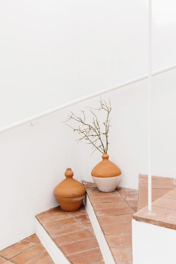 escalier en tomettes, maison blanches, déco escalier, comment décorer un escalier, escalier blanc et terracotta, déco murs blancs