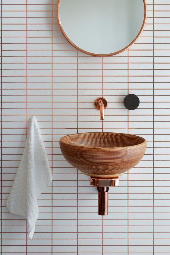 joints colorés, carrelage blanc, joints de couleurs, lavabo suspendu en bois, robinet cuivre