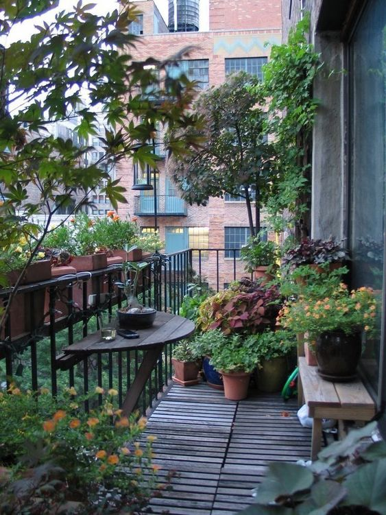 balcon filant, balcon décoré avec de plantes, aménagement balcon en longueur, sol de balcon en bois