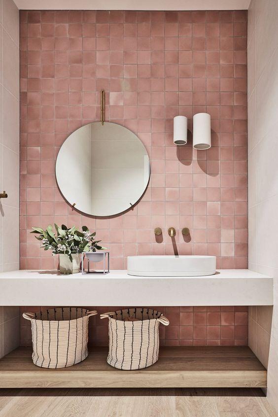 salle de bain zelliges roses, vasque posée sur plan