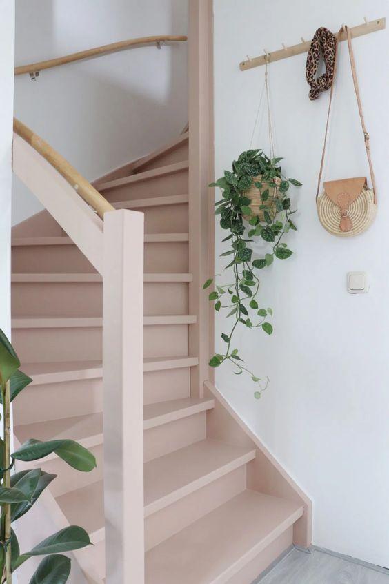 décoration cage d'escalier, décoration escalier, peindre un escalier, peindre un escalier en terracotta, peindre un escalier en rose, peinture marches d'escalier, escalier rose, pink stairs, terracota stairs