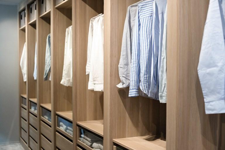 exemple d'aménagement de dressing, dressing en bois, dressing bois clair, décoratrice lille, aménagement dressing